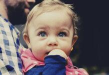 Jeśli uważasz, że Twojemu dziecku należy się wszystko to, co najlepsze, to z całą pewnością zainteresuje Cię ten artykuł. Pojawienie się w domu maleństwa, związane jest z koniecznością zorganizowania mu całej wyprawki. Jeżeli chcemy zadbać o prawidłowy rozwój oraz zdrowie dziecka, powinniśmy sprawić mu wysokogatunkową odzież. Chodzi o ubrania, które wykonane są z bezpiecznych materiałów oraz uszyte zgodnie z najwyższymi krawieckimi standardami. Sklep z odzieżą dziecięcą Sklep TuSzyte.pl powstał z myślą o rodzicach, którzy bardzo świadomie wybierają produkty dla swoich dzieci. W ofercie znajduje się bogata kolekcja odzieży pochodzącej od renomowanych polskich producentów. Można tu zakupić ciuszki dziecięce takich marek jak: MammaMia, Banana Kids, Elefunt, IgaBu, LuckyU, Malinami, Smile Kids, Ewa Collection, Ekoubranka i wielu innych. Marki te znane są z tego, że produkują najwyższej jakości odzież i dbają o każdy szczegół ich wykonania. Wszystkie kolekcje zaprojektowano i uszyto w naszym kraju. Załoga sklepu dobiera asortyment w taki sposób, aby Twojego dziecka nic nie obcierało i nie uciskało. Każdy oferowany produkt jest przyjazny dla dziecięcej skóry. Ubranka dla niemowląt są nie tylko wygodne, ale również efektowne. Wyróżniają się reprezentacyjnymi detalami (na przykład: nadruki, guziki, napy). Co ciekawe, właściciele sklepu promują działania proekologiczne. Ubrania wysyłane są w estetycznych pudełkach wykonanych z surowców poddawanych recyklingowi. Oczywiście każde opakowanie posiada certyfikat FSC. Warto śledzić stronę internetową sklepu. Pojawiają się na niej liczne atrakcyjne promocje. Jakie rodzaje ubrań niemowlęcych można zakupić w sklepie TuSzyte? Katalog produktów sklepu TuSzyte.pl obejmuje wszystkie rodzaje odzieży, które nadają się do noszenia przez małe dziecko. W asortymencie znajdują się zatem: body, pajace, body z sukienką, bluzki, bluzy, legginsy, ogrodniczki, spodnie, sukienki, spódnice, T-shirty, krótkie spodenki. Na uwagę zasługują również takie